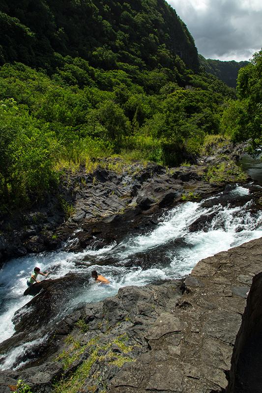 Erfrischendes Bad mit Naturrutsche