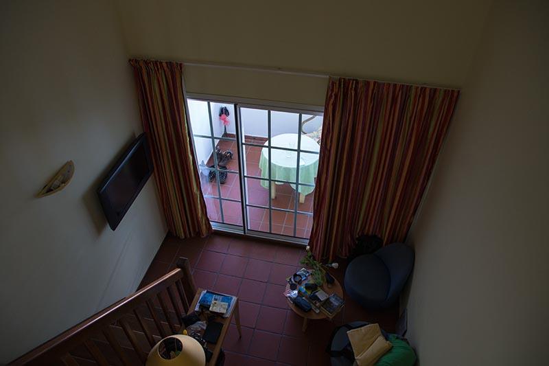 Blick von oben in den Aufenthaltsbereich und zum Balkon